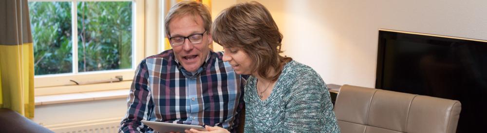 Foto van twee mensen met een Ipad
